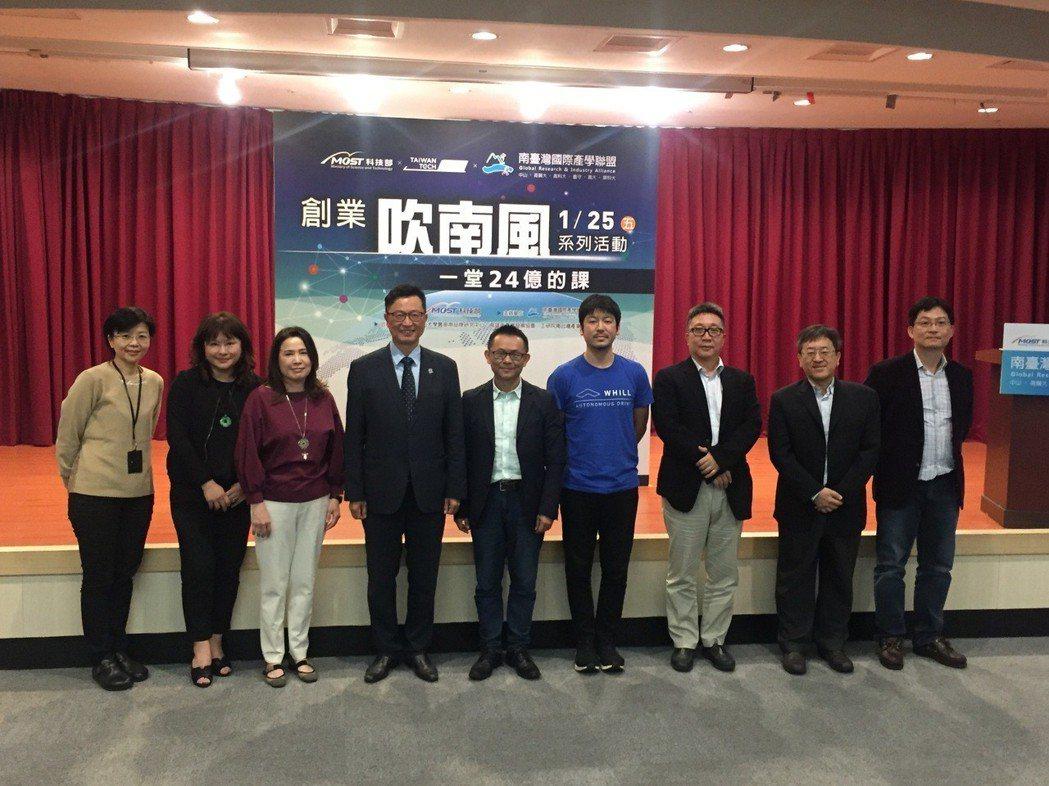 高雄市產業發展協會理事長陳昭男(左四)表示,台灣風向球正吹向高雄,跟著這一波韓流...