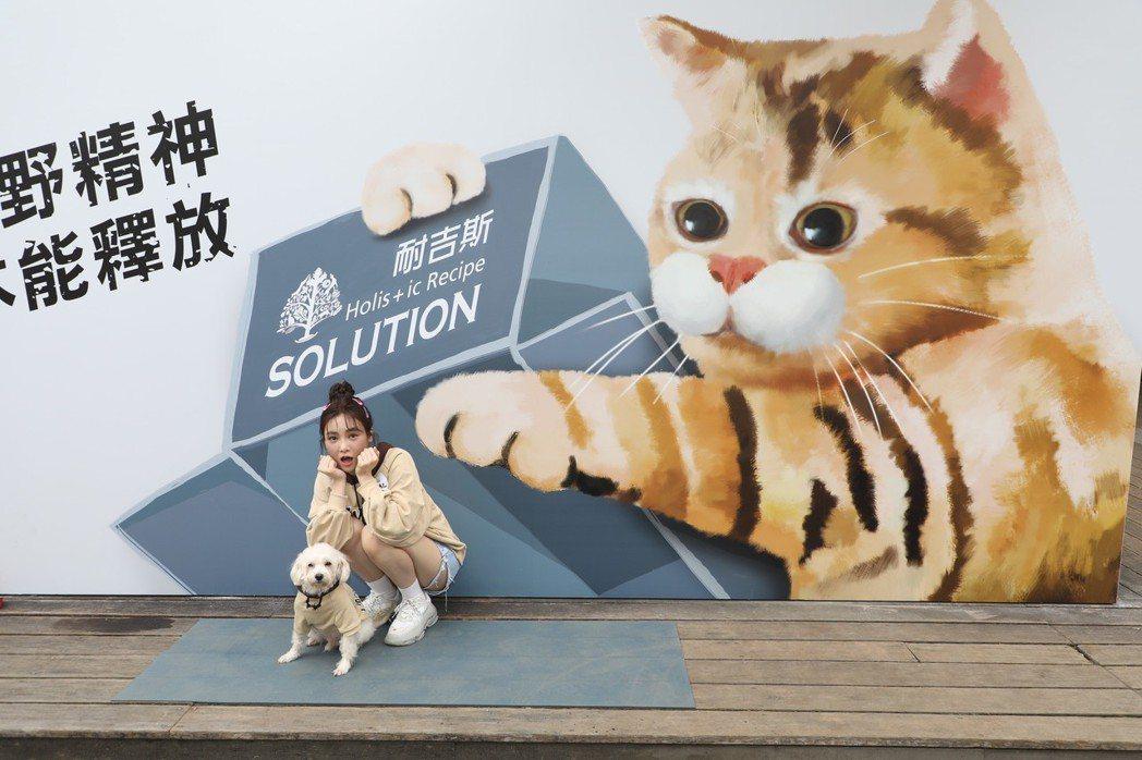 Nikita舒子晨攜帶愛犬QQ特出席寵糧品牌耐吉斯活動,示範如何一秒變網紅。 耐...