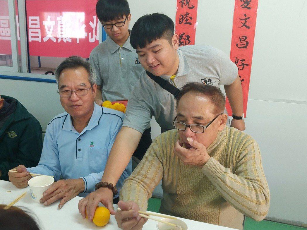 中華民國果菜合作社聯合社準備了柳丁給老人家,一同響應送餐善舉。 明道大學/提...