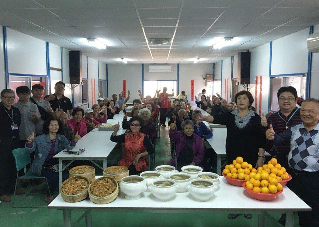明道大學餐旅系師生下廚烹煮雞湯、米糕,親送給北斗鎮文昌里內40位長者享用。 ...
