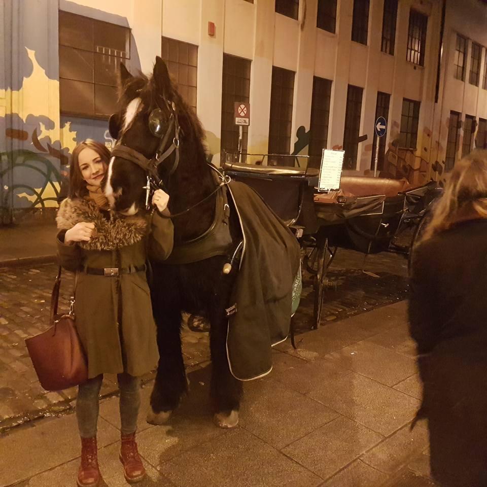 一名英國辣媽靠著清洗「馬的陰莖」賺得荷包滿滿,不過工作也相當辛苦。圖擷自太陽報