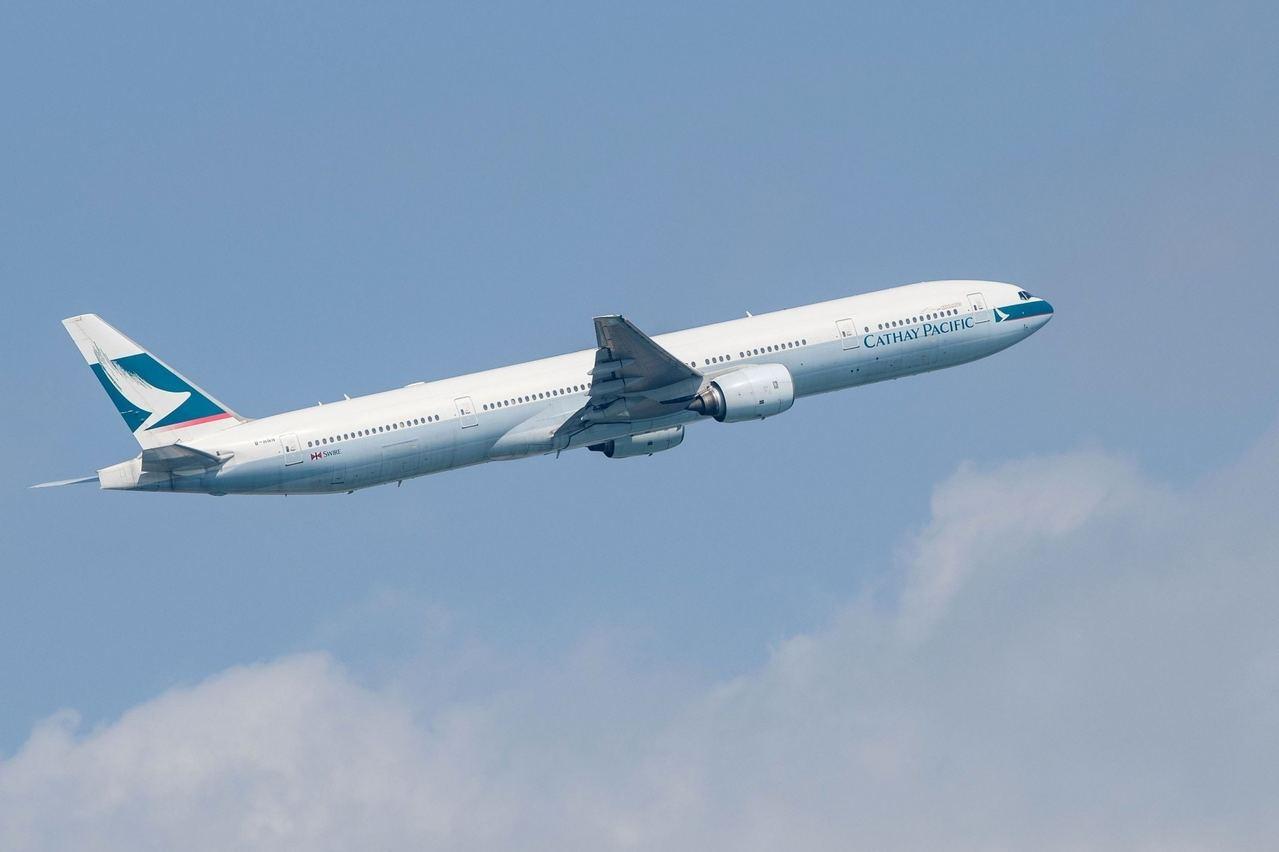 1月26日國泰航空一班由日本札幌飛抵香港的航機,有一名機師突然不適。 圖/擷自香...