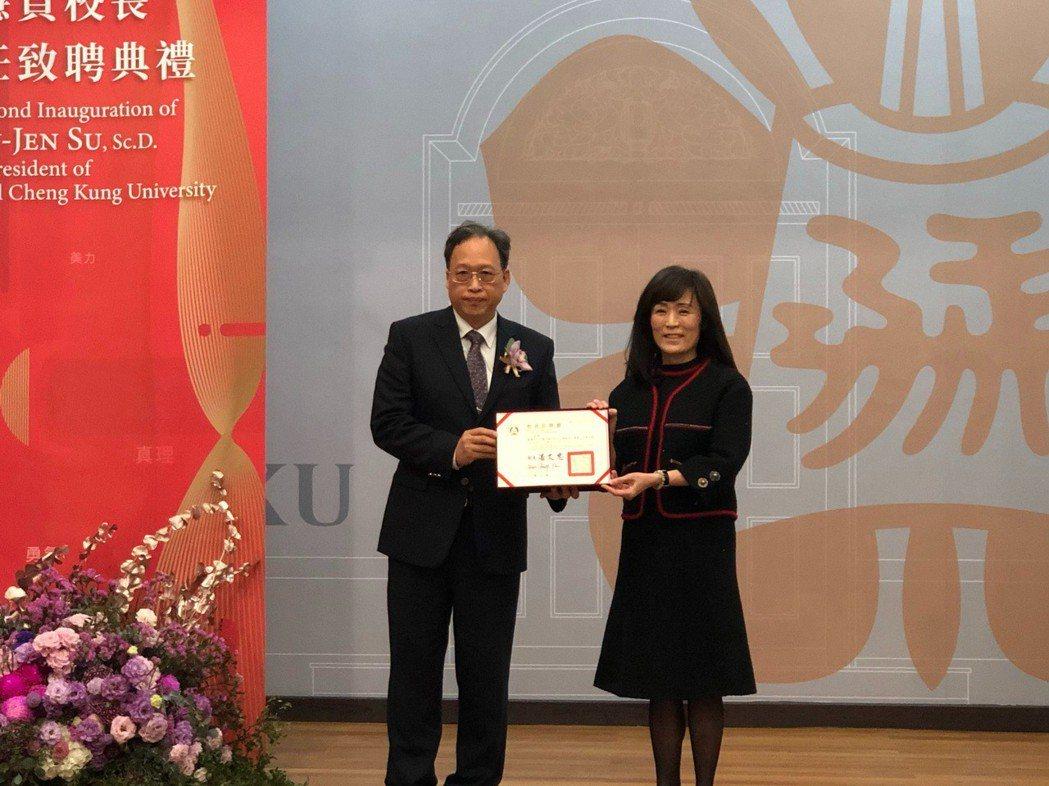 教育部主任秘書朱楠賢(左)南下親送聘書予成大校長蘇慧貞。 張傑/攝影