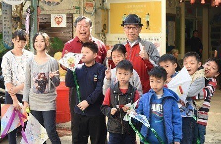 參加寒假課輔的學童帶著DIY的風箏和國父紀念館館長梁永斐(後排右)與忠勤里里長方...