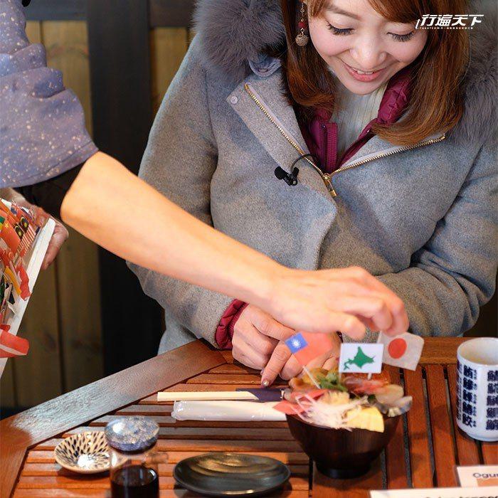 小熊商店鋪滿各式鮮魚的海鮮丼飯。