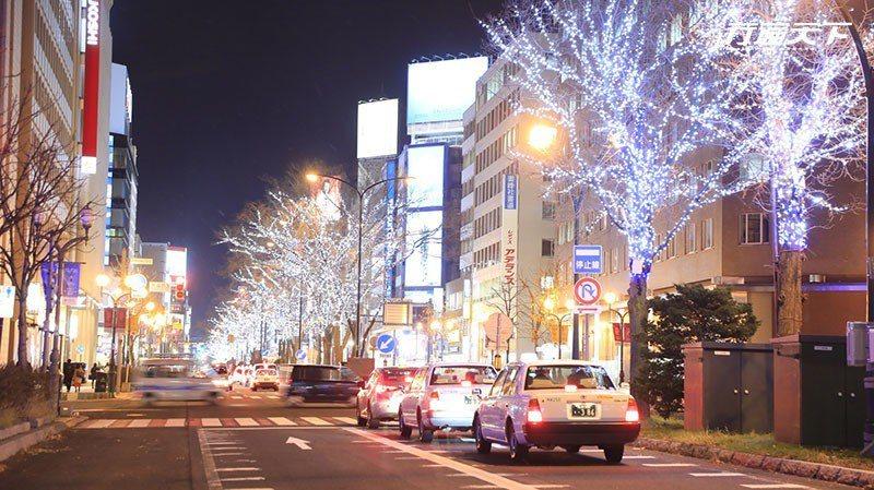 札幌的大通公園周遭也在新年期間亮起了燈海。