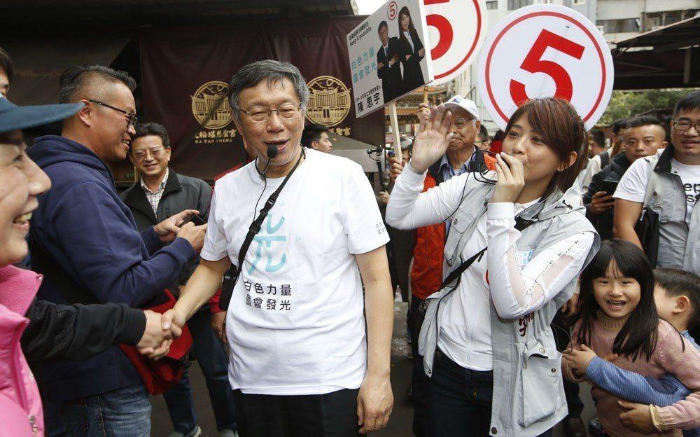 柯文哲(中)力挺的陳思宇(右)慘敗,但不代表柯P輸了。 攝影/郭晉瑋