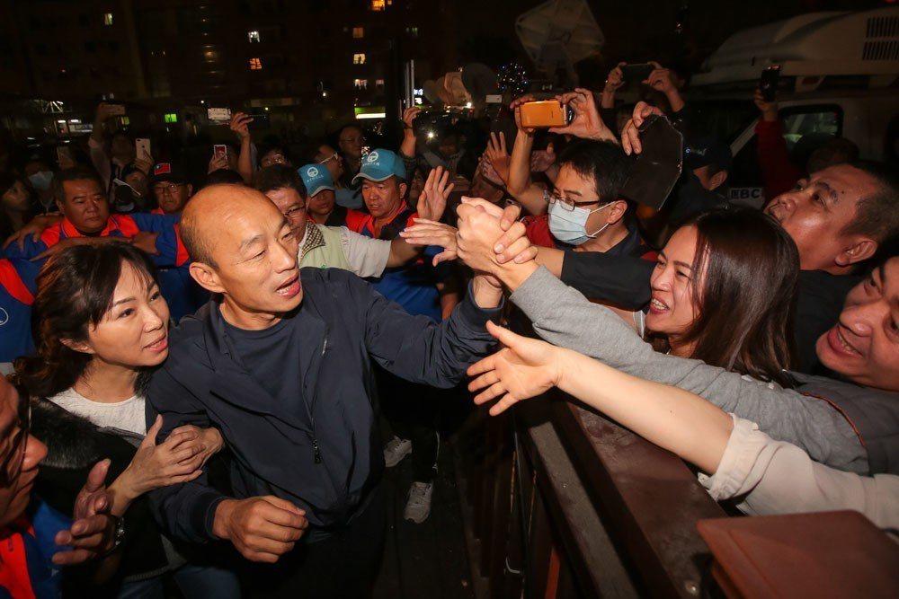 韓國瑜(左二)超高人氣持續不墜,占星師江之更分析顯示韓甚至會是台灣經濟的貴人。 ...