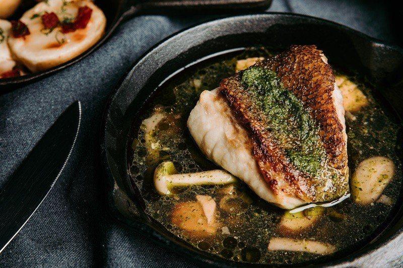 龍虎石斑佐煙燻鮭魚醬襯巴西里蒔蘿橄欖油,蒔蘿醬汁清新,引出龍虎斑的鮮 甜與Q彈。