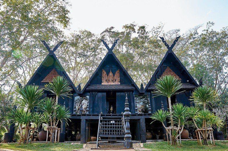 博物館占地頗大,數間木造黑色建築錯落在森林中,原始的很別緻。