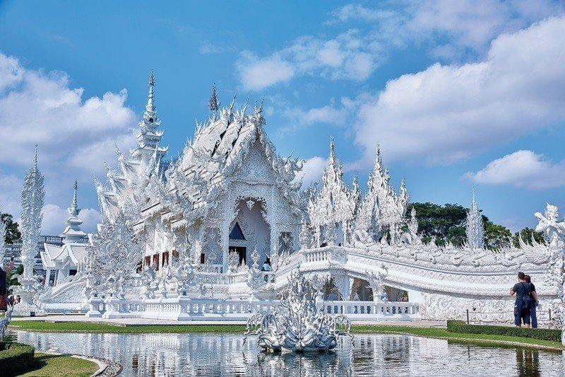 充滿戲劇性雕飾的白廟,閃耀著如神蹟降臨的光芒。