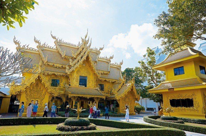 浮誇的金色建築竟是公共廁所。