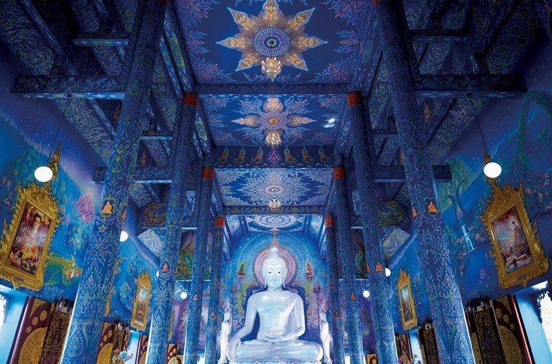 挑高設計的主殿盈滿藍色光彩。