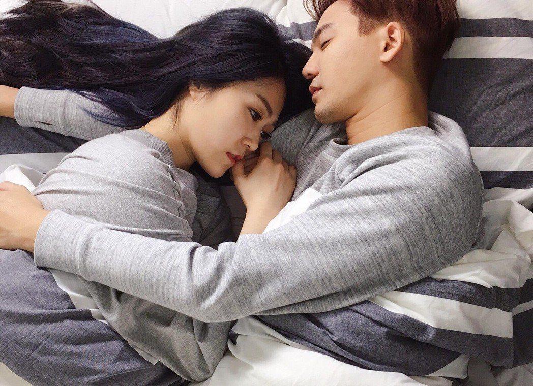 張三(右)和曹雅雯演出床戲。圖/獨一無二娛樂提供