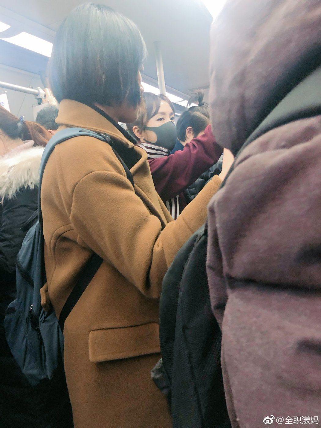 網友搭地鐵捕獲野生秦嵐。圖/摘自微博