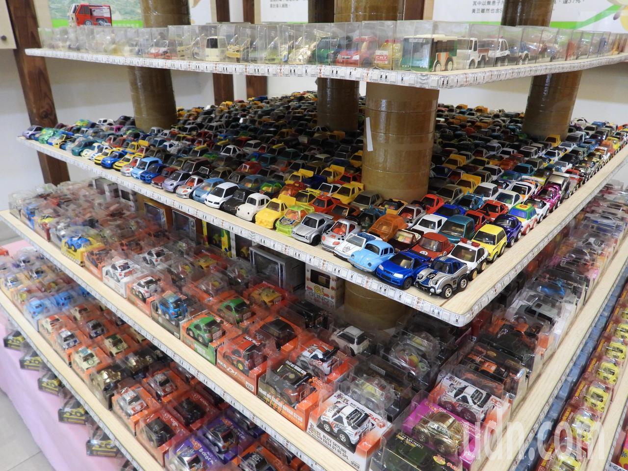 王高榮春節期間拿出上萬輛模型迴力車開放參觀。記者周宗禎/攝影