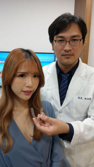 牙醫師柯百俞(右)研發隱形牙套,讓葉姓女直播主(左)終於敢露齒微笑。記者趙容萱/...
