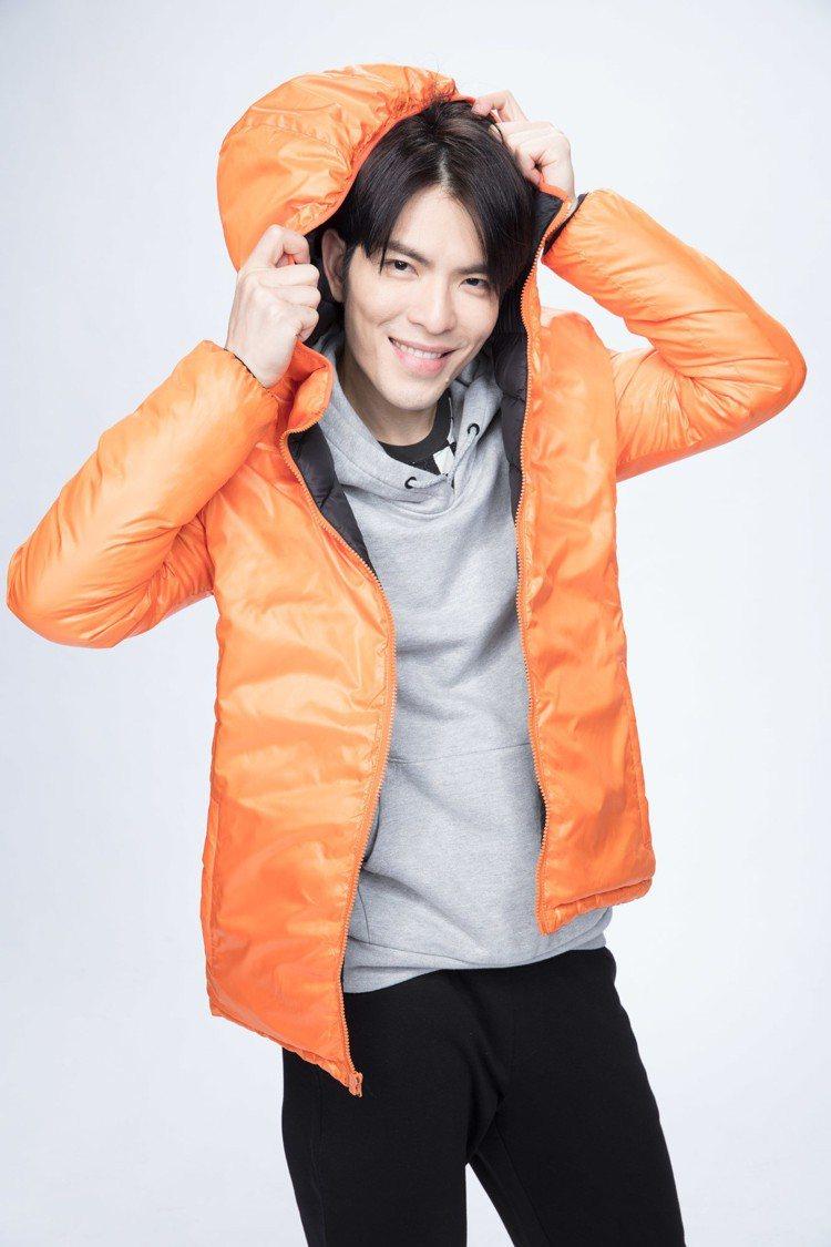 全家「極輕暖鵝絨外套」由金曲歌王蕭敬騰代言並參與設計。圖/全家便利商店提供
