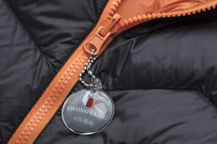 極輕暖鵝絨外套內含90%鵝絨、10%鵝毛,更輕更保暖。圖/全家便利商店提供