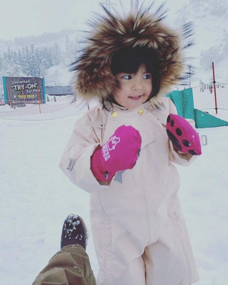 Bo妞雪地初體驗。圖/摘自臉書