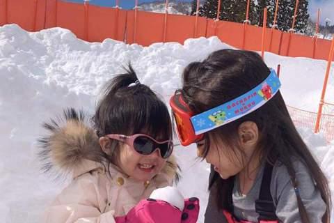 賈靜雯分享與修杰楷帶女兒們滑雪的旅行經驗,透露:「其實最開心的是孩子們,波妞第一次踏上雪地就深深愛上,一直不停的吃雪。她們倆還一直問我雪寶Elsa&Anna 在哪?說要去她們城堡玩,冰雪奇緣...
