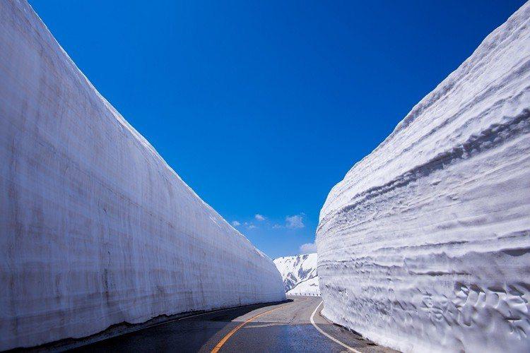 立山黑部雪之大谷的雪牆美景。圖/ezfly易飛旅遊提供