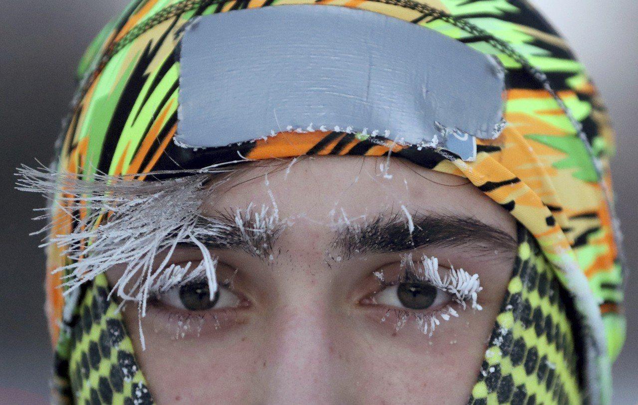 明尼蘇達州大學生戶外運動後,睫毛結霜。美聯社