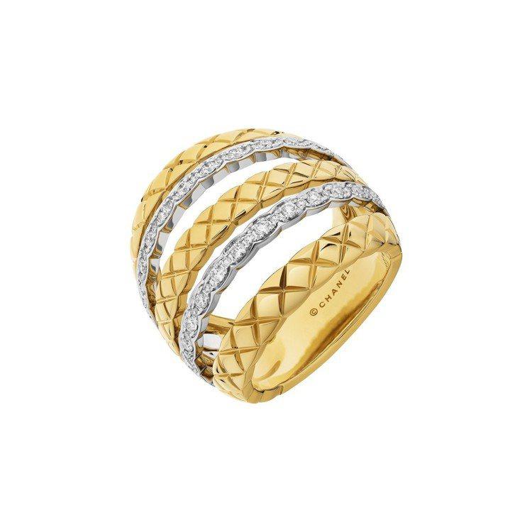 瑪格羅比配戴Coco Crush多層次寬版戒指,18K白金與黃金鑲嵌62顆明亮式...
