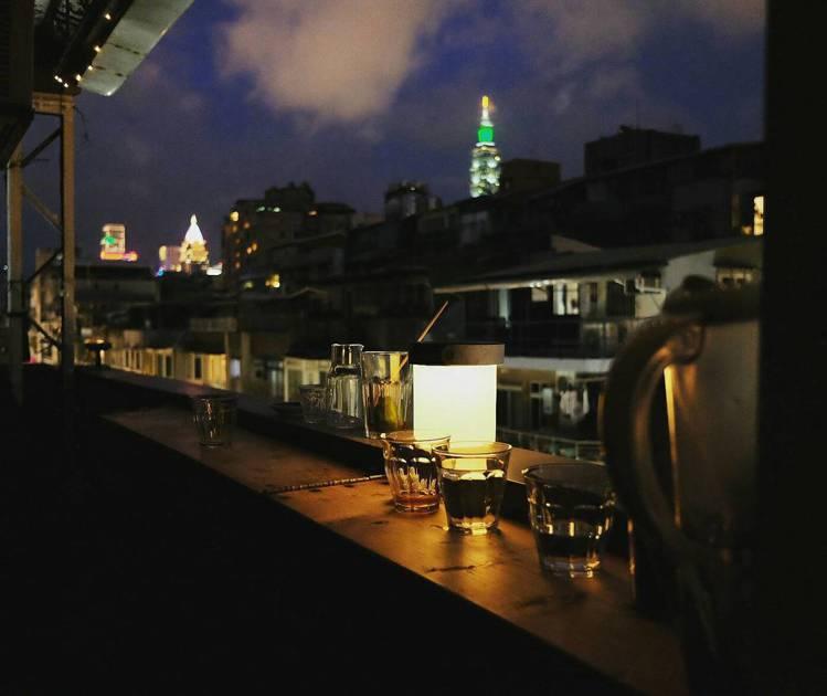 黑山咖啡的夜景別有一番風情。圖/記者黃仕揚攝影