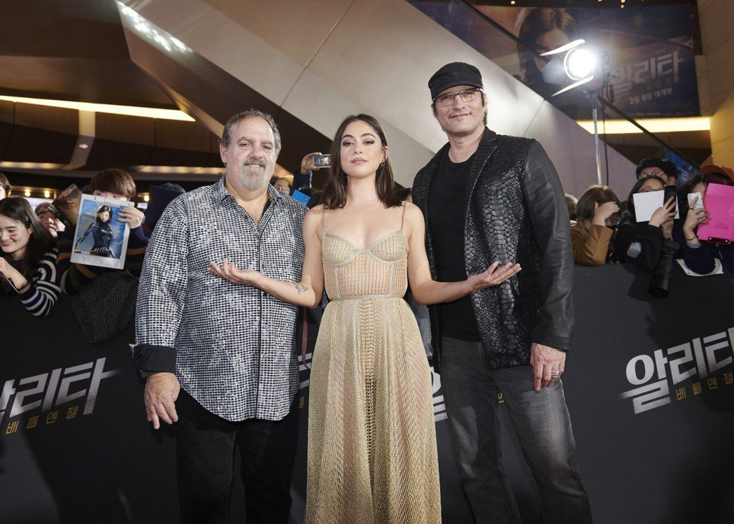 「艾莉塔:戰鬥天使」製片強藍道(左起)、女主角羅莎薩拉查及導演羅勃羅里葛茲日前造...