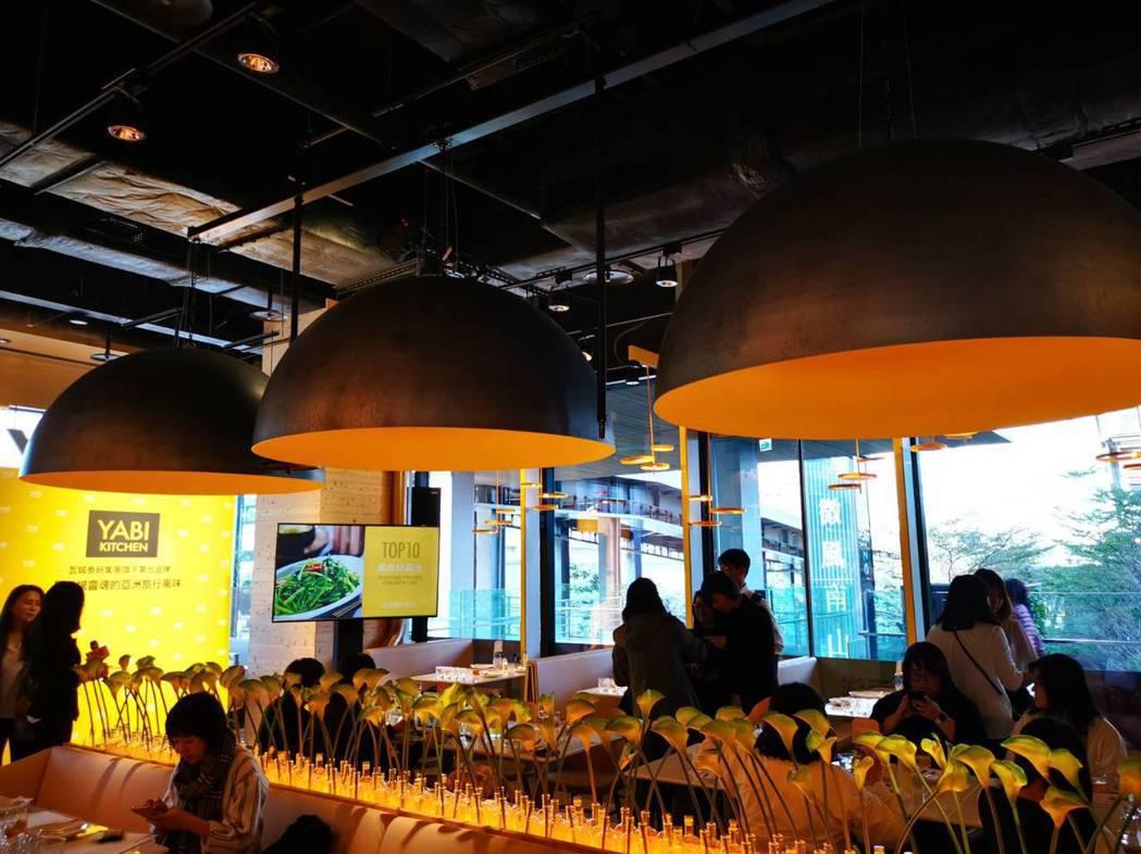 YABI KITICHEN懸吊三個倒掛的碗,凸顯大口吃飯的意象。記者韓化宇/攝影