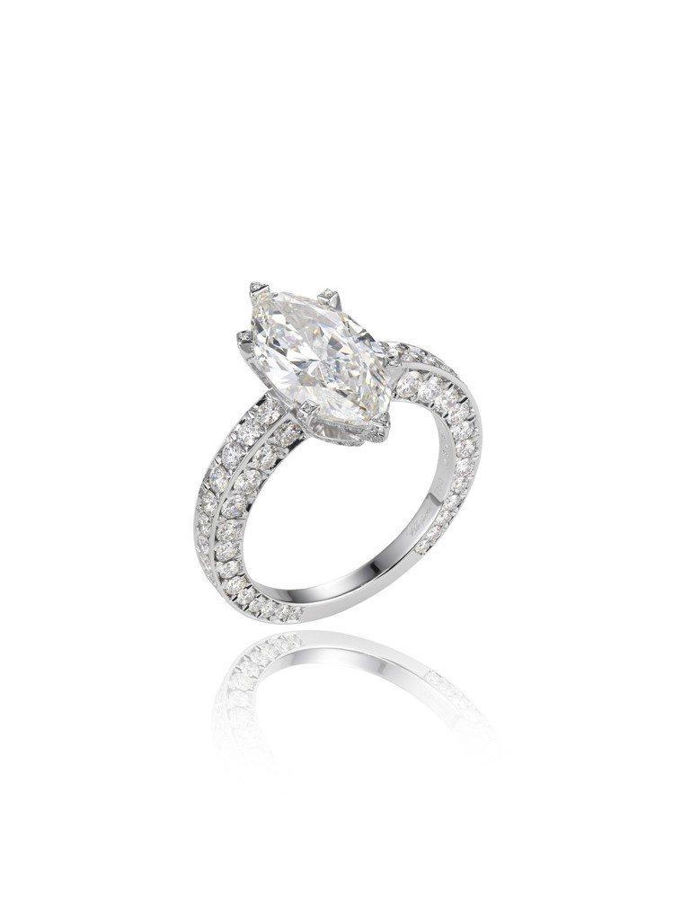 凱薩琳麗塔瓊絲配戴的蕭邦頂級珠寶系列戒指鑲嵌2.88克拉欖尖形明亮式切割鑽石與1...
