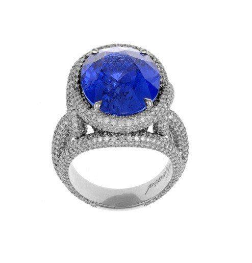 凱薩琳麗塔瓊絲配戴蕭邦頂級珠寶系列18K白金戒指鑲嵌15.8克拉橢圓形切割藍寶石...