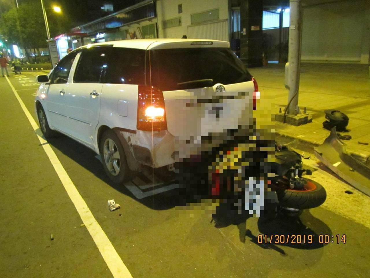 陳姓機車騎士昨天深夜為了閃避突然變換車道的計程車,直接撞上違停在公車停靠區的白色...