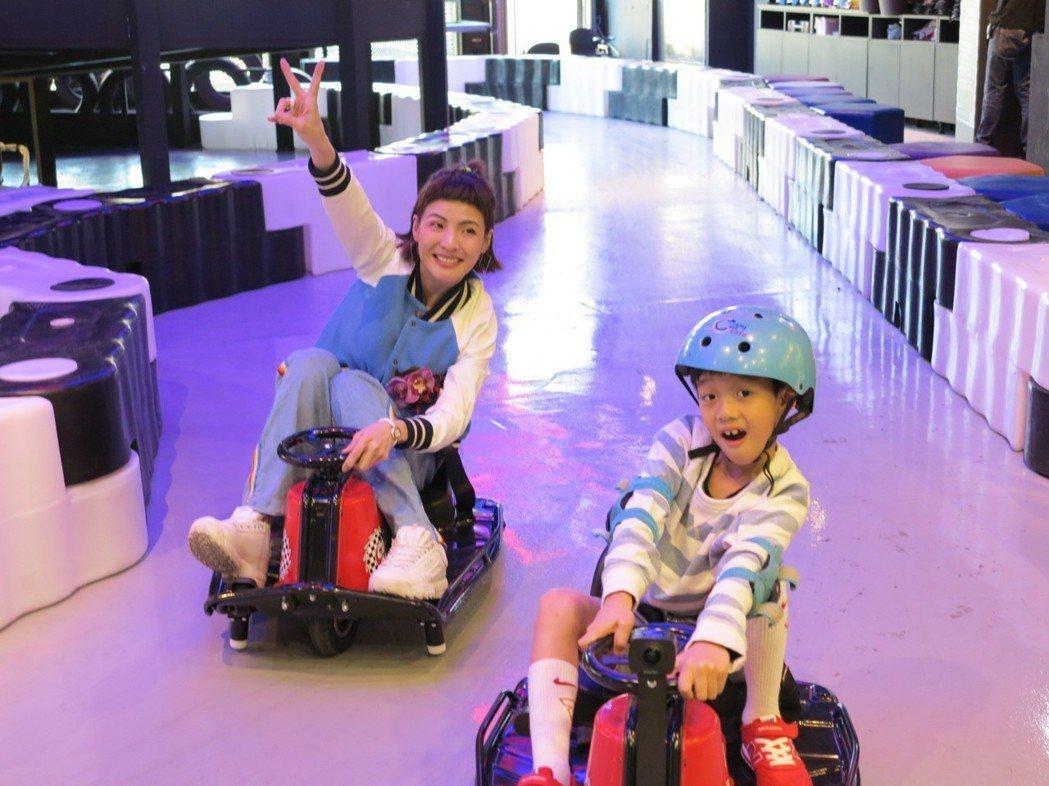 徐小可(左)和兒子體驗甩尾卡丁車。記者林怡秀/攝影