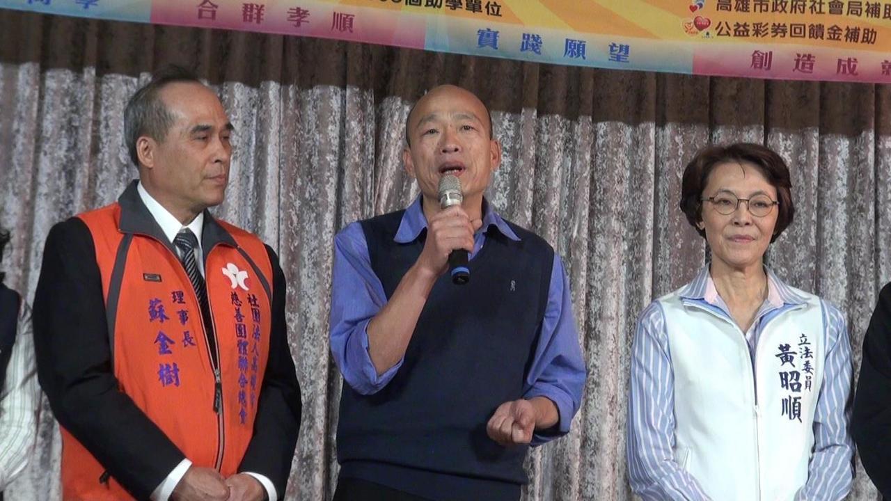高雄市長韓國瑜(中)參加港都助學相見歡活動,也認助3名清寒學子。記者楊濡嘉/攝影