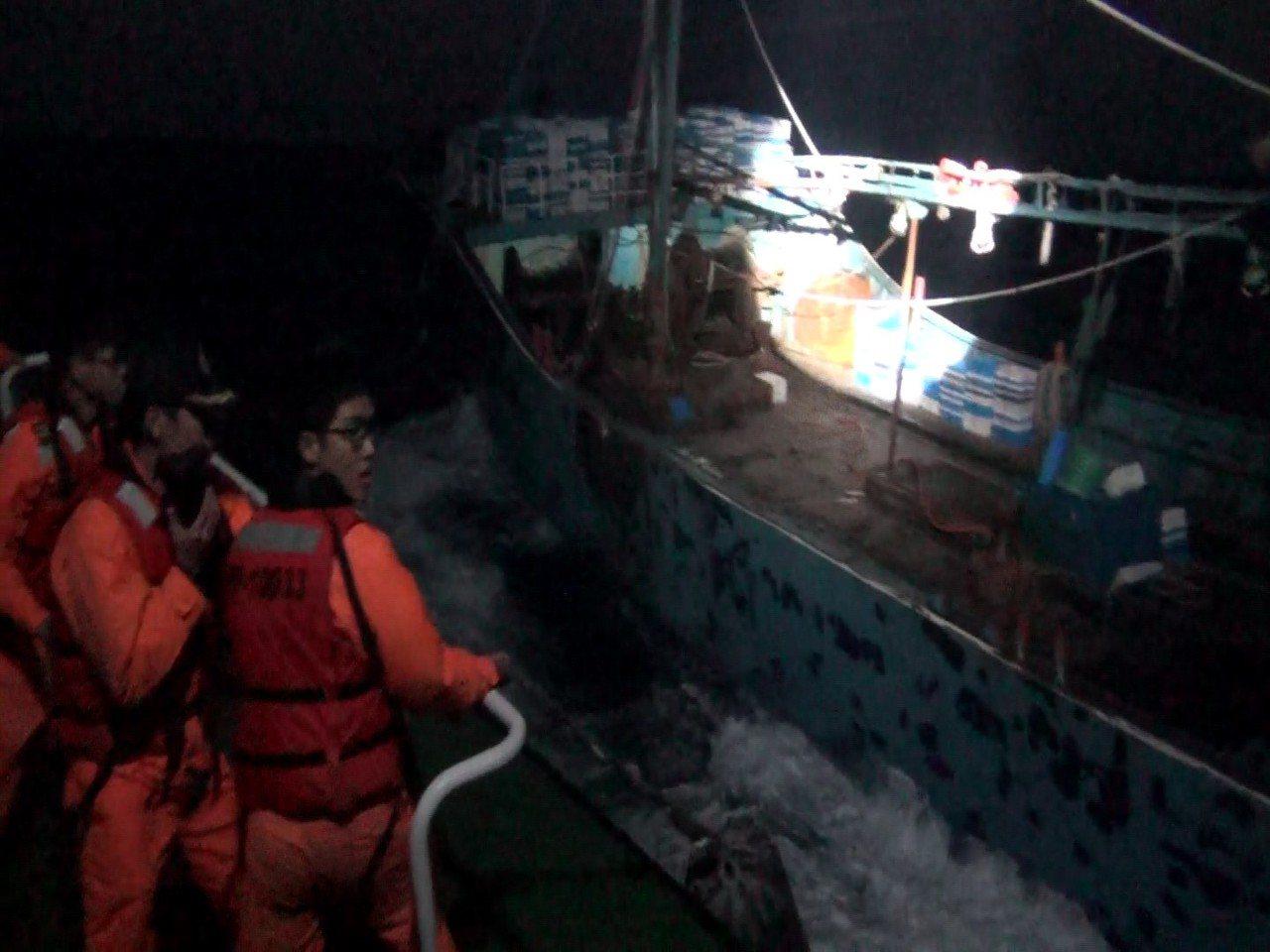「閩晉漁」越界違規作業,海巡隊當場起獲不法魚獲1.5公噸,且屬於累犯,被裁處最重...