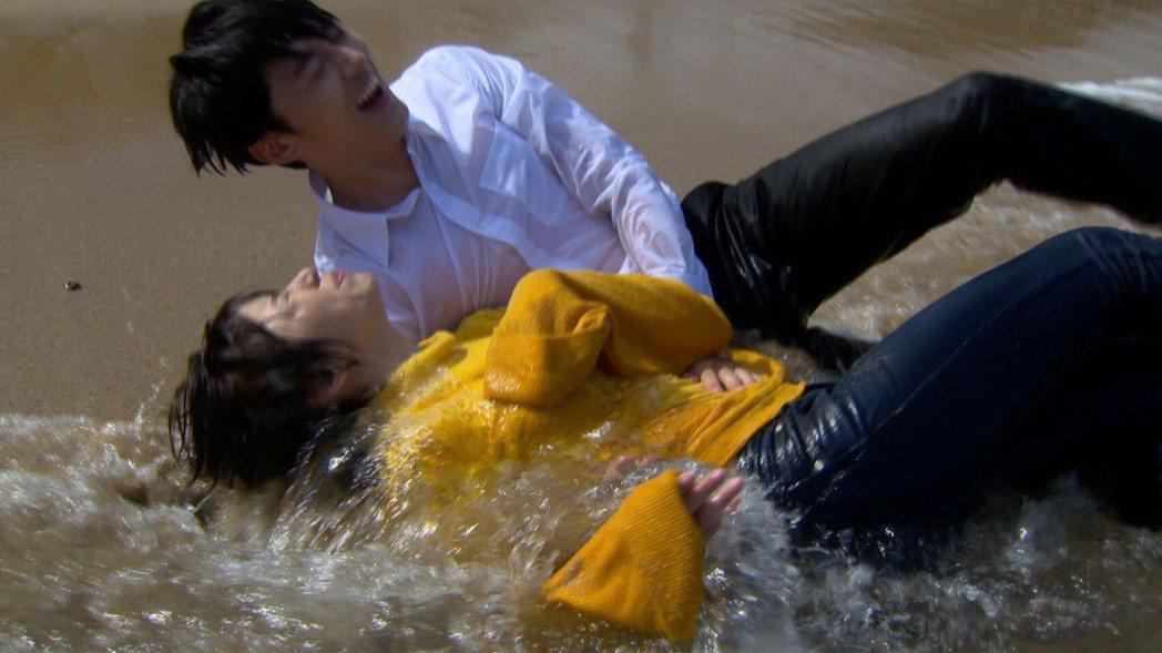 馬俊麟、王瞳演出「滾海邊」浪漫戲碼。圖/民視提供