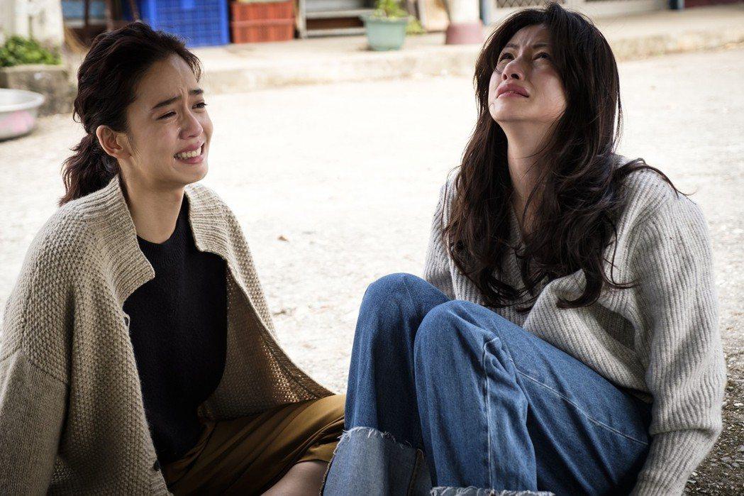 李千那(右)與陳庭妮劇中抱頭痛哭。圖/歐銻銻娛樂提供