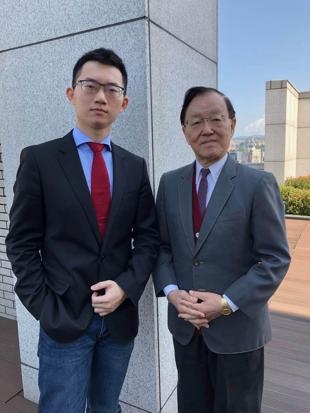 台灣兩代主播盛竹如(右)與視網膜,聯手登上主播台幫忙打片。圖/華映提供