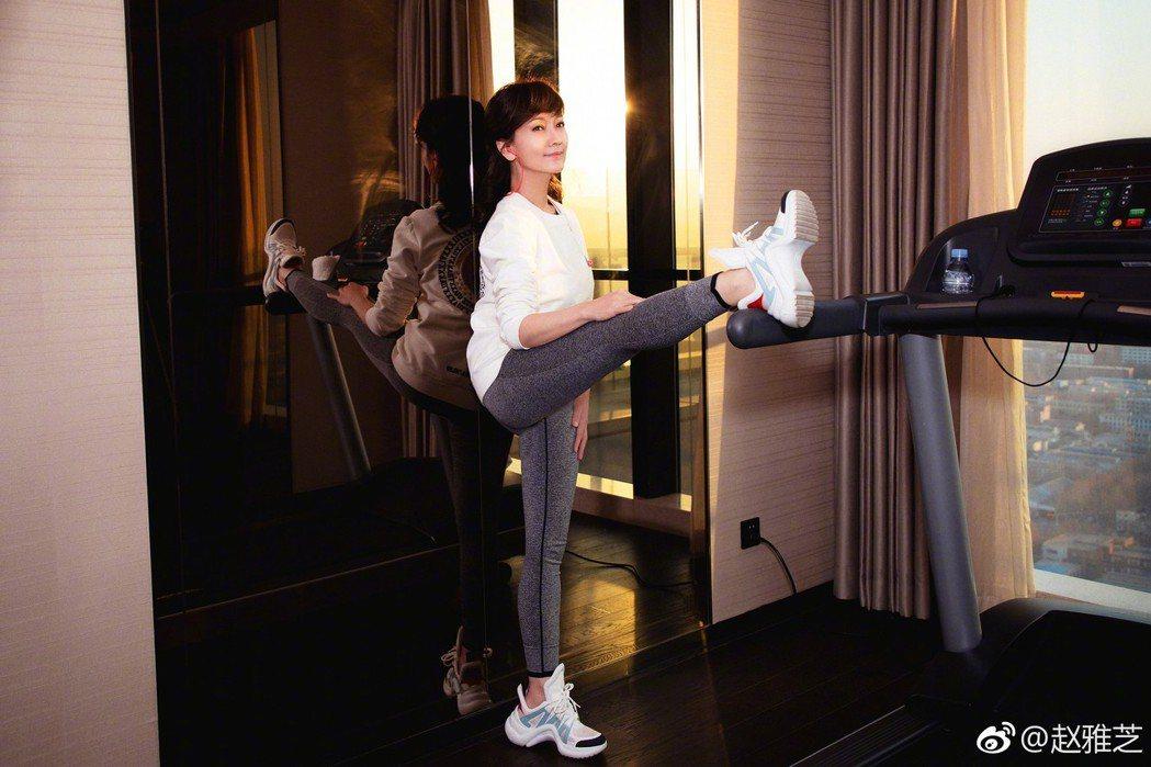 要抬腿,對趙雅芝而言也輕鬆自如。圖/摘自微博