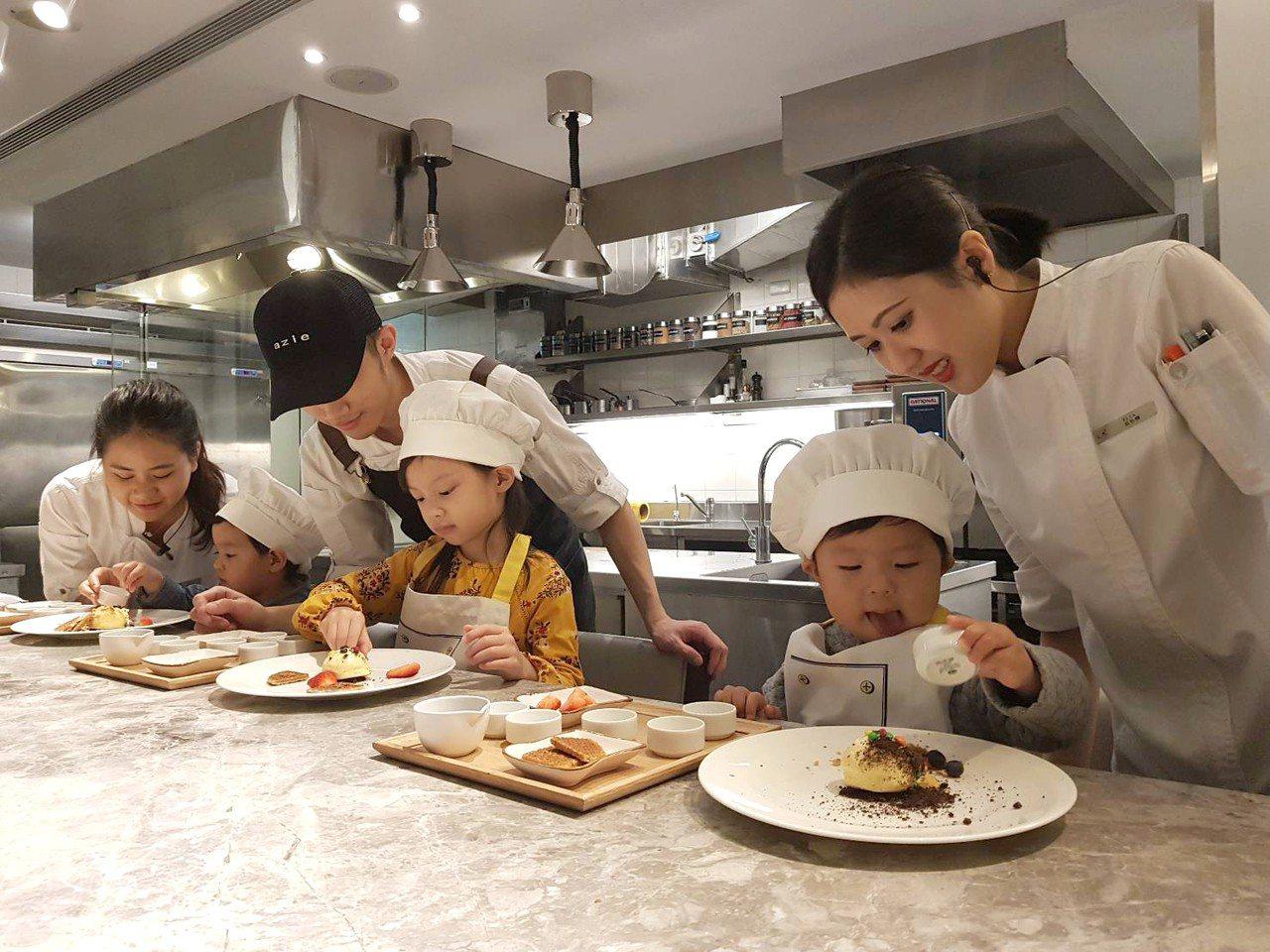 「小廚師就是我」的美食實境體驗營,讓小朋友可以實際製作餐點。記者陳睿中/攝影