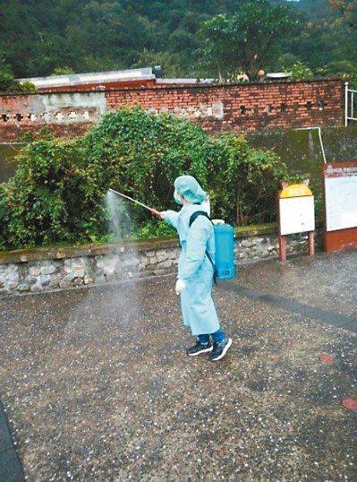猴硐貓村發生貓瘟死亡案例,動保處進行大規模消毒。 圖/新北市動保處提供