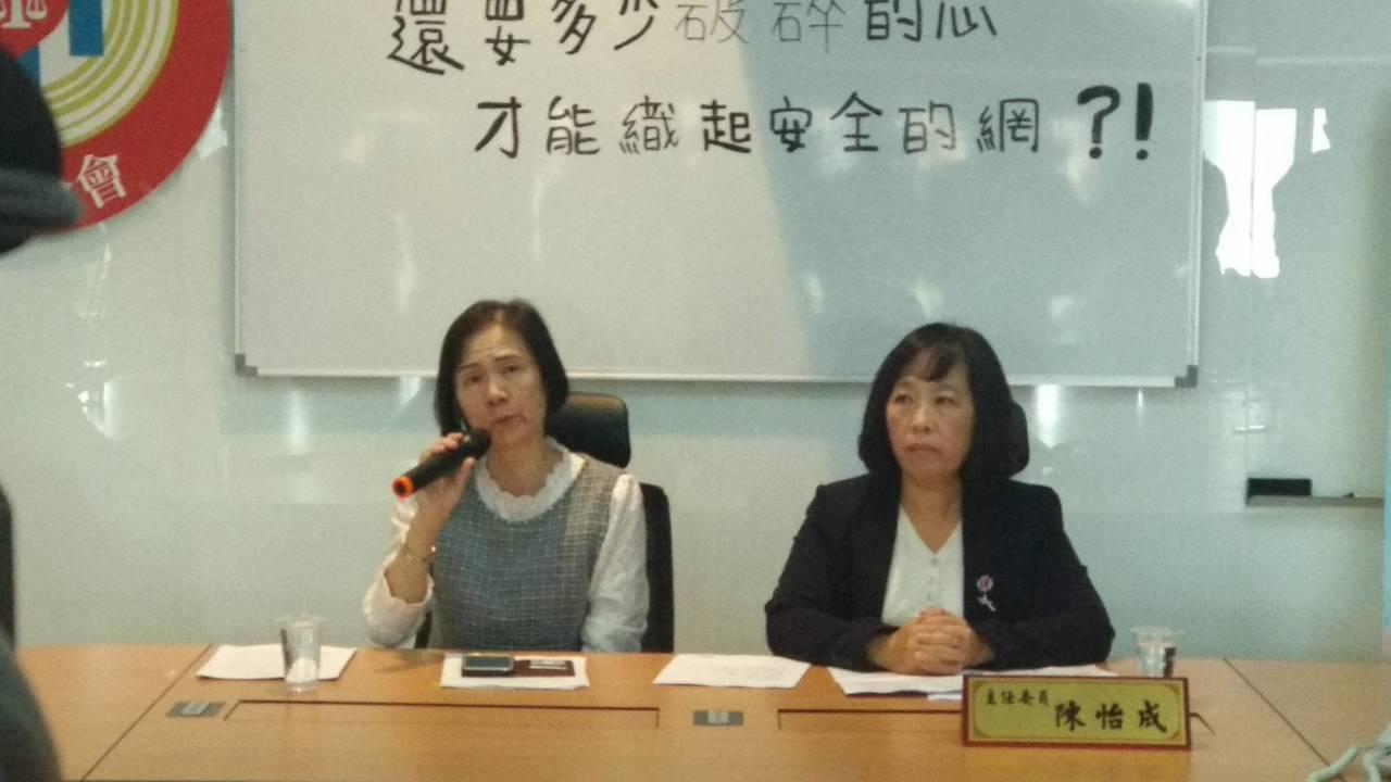 台中市王姓牙醫師慘遭殺害,死者妻子(左)拿出寫給亡夫「一封來不及讀的情書」。 記...