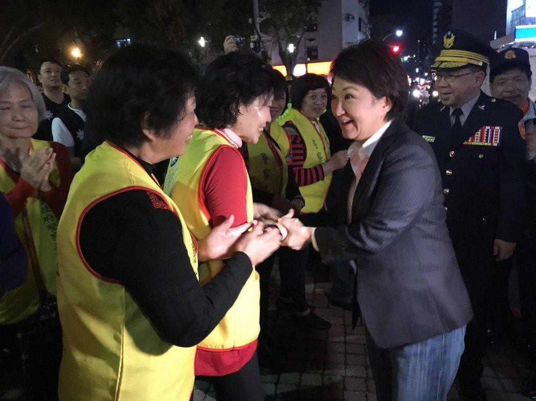 市長盧秀燕(右)下車就與義交握手,更有義交媽媽持麥克風高喊「市長我愛妳」,隨後向...