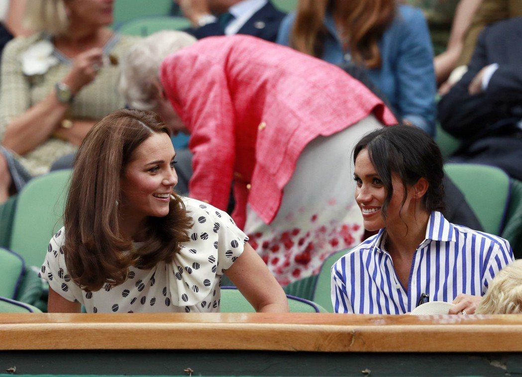 在溫布頓女單網球比賽觀眾席上,凱特(左)、梅根(右)互動融洽。(美聯社)