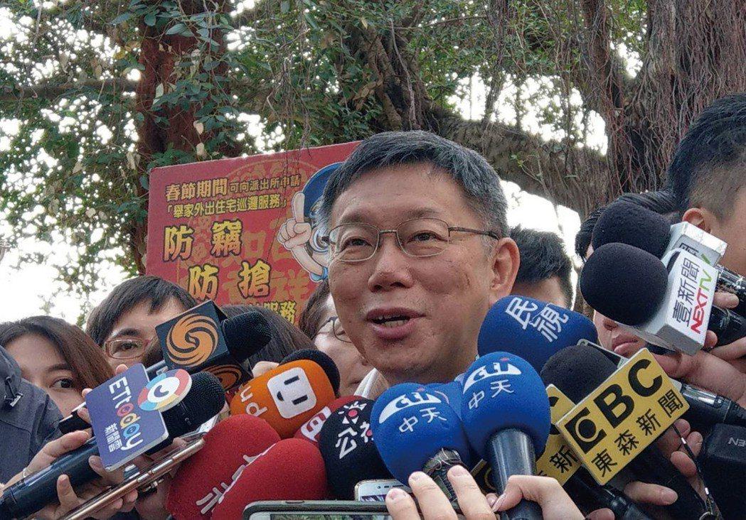 台北市長柯文哲到榮濱商圈發送豬年發財金。記者楊正海/攝影