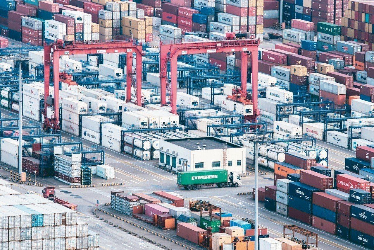 中國經濟減弱正從多方面衝擊全球成長,從亞洲多國出口衰退到美國一些指標企業的財測示...