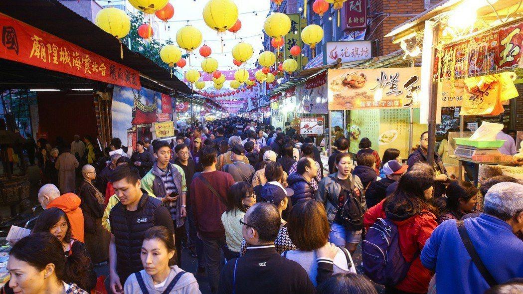 台北市迪化街的年貨大街。 報系資料照