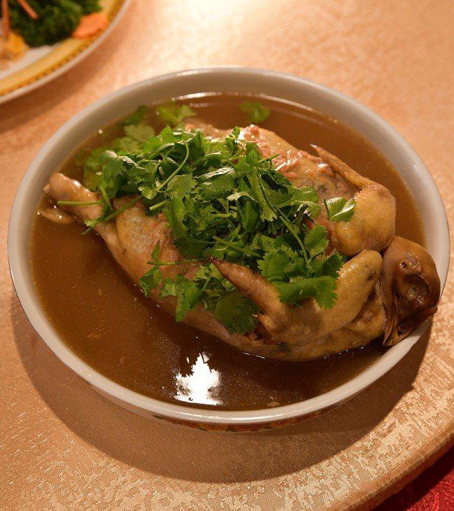 阿舍宴的布袋雞有正宗台菜的套疊技術。圖/鄔智明提供 袁世珮